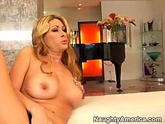 Tiffany Mynx teaches